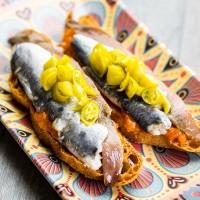 Coca casamiento Anchoa y sardina en vinagre