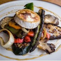 Verduras braseadas con queso de Cabra